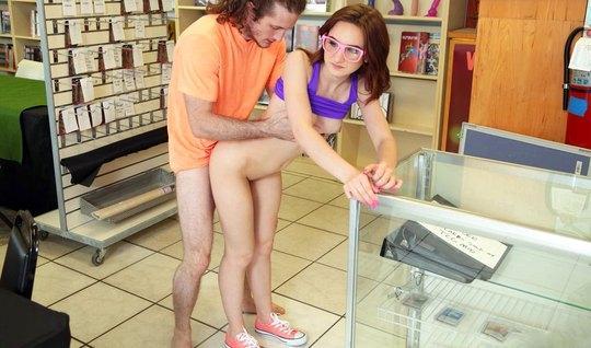 Молоденькая телка трахается со студентом в магазине на публике...