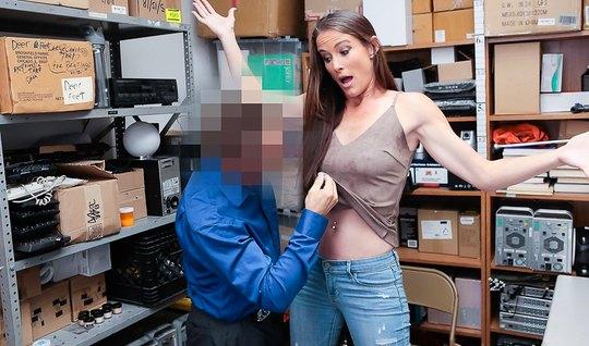Приятель дерет нежную девушку в джинсах в своем офисе на столе