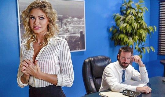 Смелая секретарша трахается с начальником в кабинете на столе