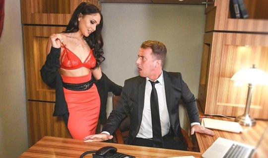 Горячая секретарша с темными волосами готова к аналу с боссом...