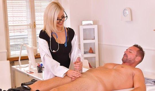 Белокурая медсестра надрочила пациенту фаллос и завелась...