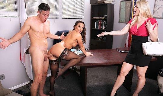 Босс поимел секретаршу в офисе и не заметил как в кабинет вошла его же...
