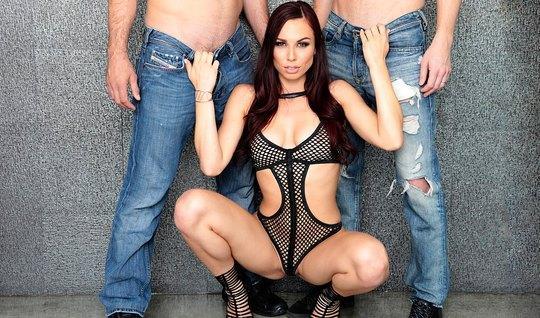 Брюнетка в сексуальном боди и на каблуках делает мужикам двойной отсос...