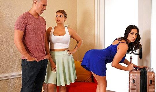 Мужик трахает подругу жены и  кончает ей в рот после сочного траха...