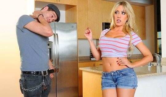 Блондинка выставила сиськи и насладилась сексом с парнем на кухне...