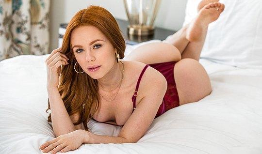 Рыженькая любовница отсосала член и дала себя отыметь в спальне...