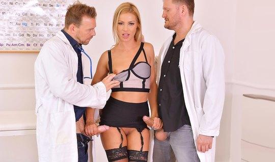 Два врача раздели блондинку в чулках и отымели ее щели крепкими членам...