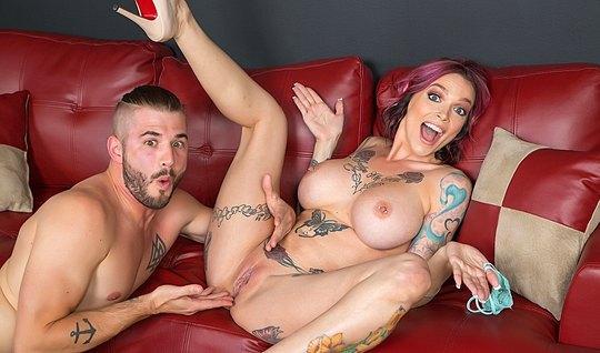 Самец засунул трусы в рот сучке и страстно трахнул ее сзади на диване...