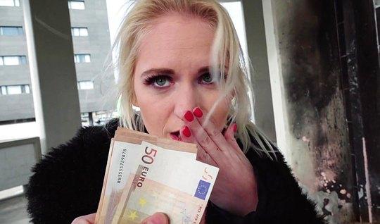 Красивая блондинка дает пикаперу присунуть в свою киску за деньги...