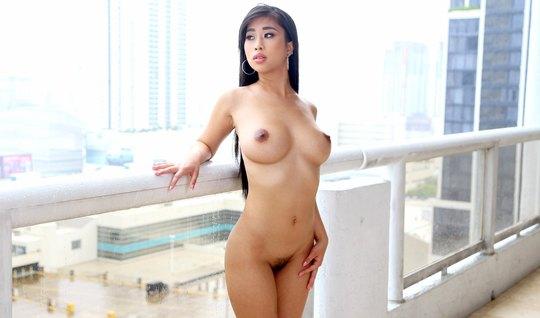 Массажист обмазала тело азиатки маслом и примкнул ей в попку...