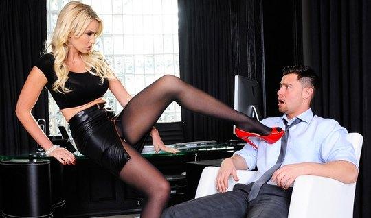 Беловолосая секретарша доминирует над своим начальником и мастурбирует...