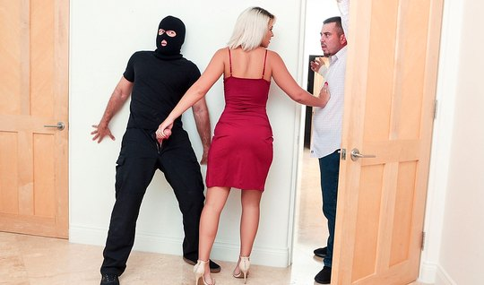Блондинка трахается с мускулистым любовником в маске в отсутствии мужа...