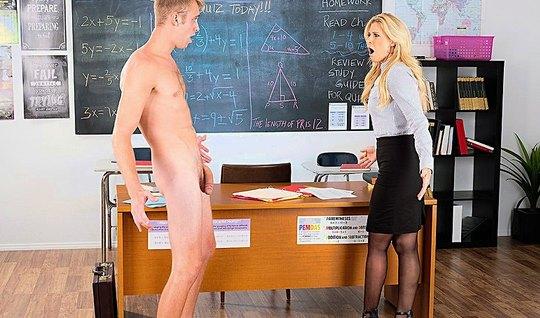 Аппетитная мамка в чулках трахается со студентом на столе в колледже...