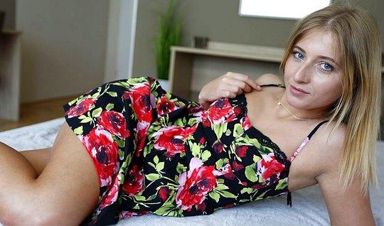 Девка в коротком платье хорошо работает ртом и скачет на пенисе...