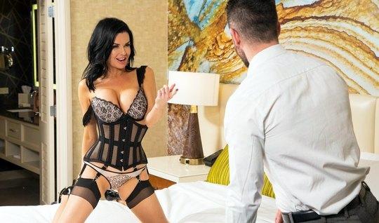 Мамка надевает красивое белье чтоб снять его перед любовником...