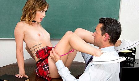 Студентка снимает трусики в колледже перед мужиком и делает ему минет...