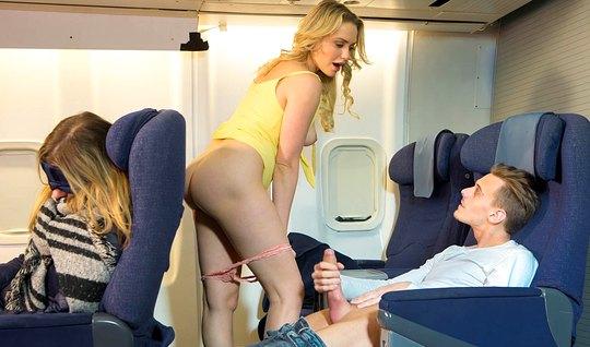 Жопастая блондинка разделась в самолете и потрахалась с незнакомцем...