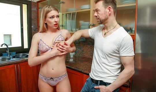 Небритый мужик прижимает блондинку сзади и трахает ее от первого лица...