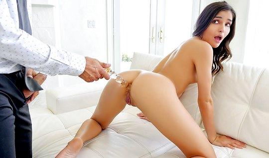 Стройняшка любит секс и умело пилоткой скользит по длинному пенису...