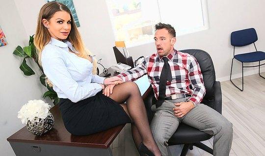 Секретарша в офисе раздвинула ноги в чулках для секса с боссом...