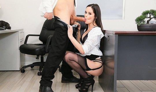 Секретарша в чулках ублажает своего начальника в разных позах...