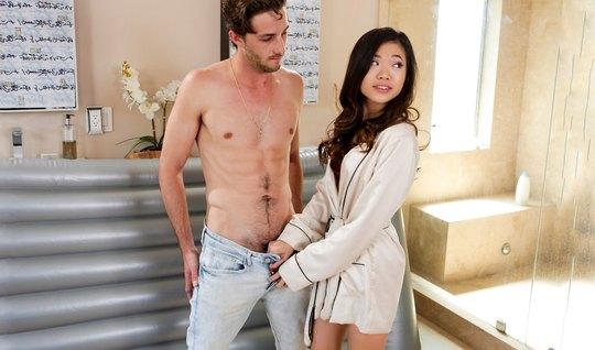 Массаж от молодой азиатки завершается страстным сексом на матрасе...