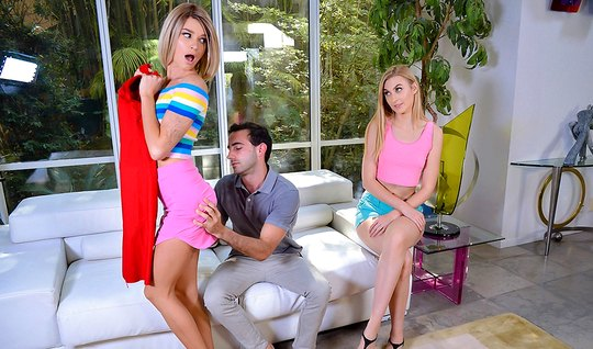 Девки с белыми волосами устроили в гостиной групповое порно...