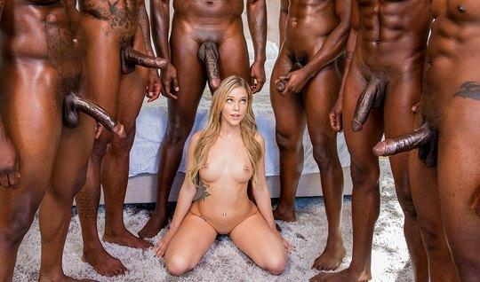 Похотливая блондинка обкончалась в групповухе от огромных членов негро...