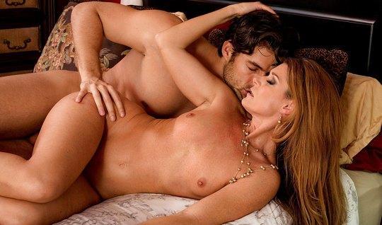 Русская жена после куни, прыгая на члене любовника, испытывает оргазм...