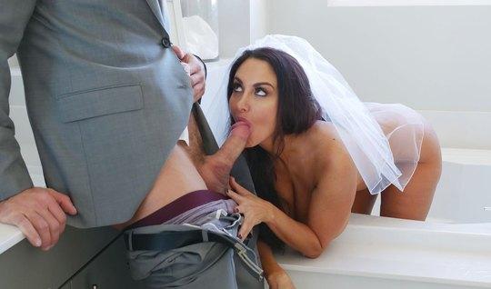 Сисястая любовница взяла член мужика за щёку в надежде на предложение...