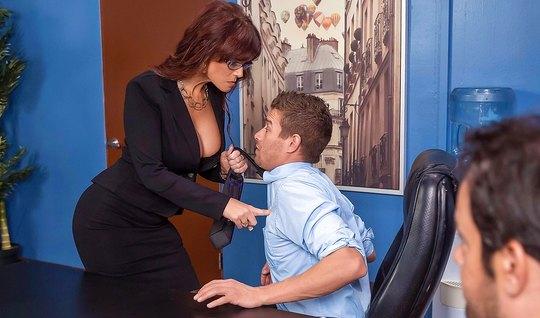 Брюнетка в очках соблазнила молодого человека и поимела его большой за...