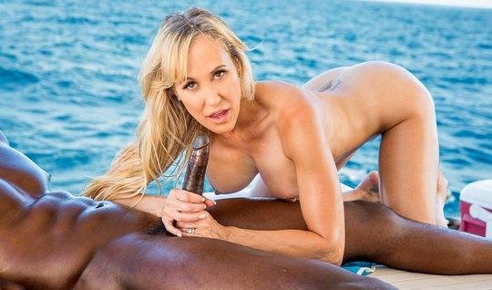 Зрелая блондинка трахается с негром на яхте крупным планом и стонет...
