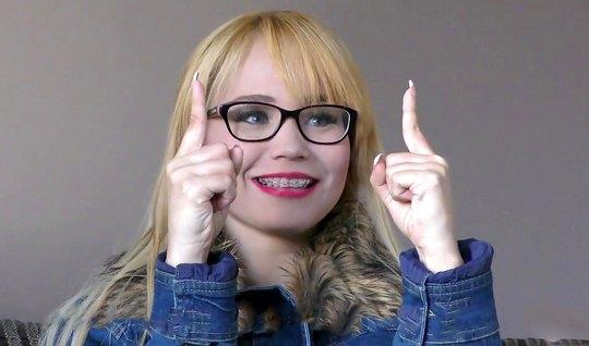 Очкастая блондинка на кастинге получила свое двойное проникновение...