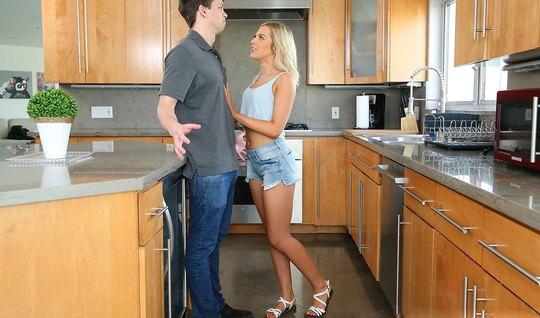 Блондинка на кухне раздвинула ноги для секса с молодым парнем