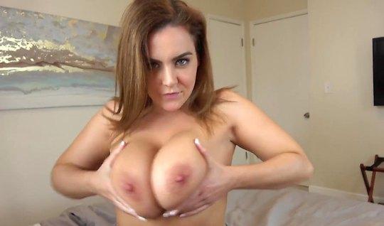 Соседка с большими дойками любит сниматься для домашнего порно...