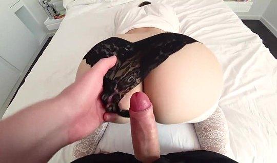 Парень отодвинул черные трусы подружки и снял с ней домашнее порно...