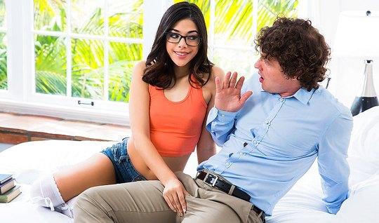 Молодая брюнетка в очках занимается сексом с кудрявым мужиком...