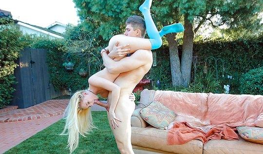 Молодая блондинка занимается разнообразным сексом во дворе своего дома