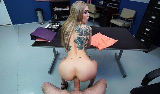 Парень от первого лица в офисе на столе отодрал худую блодинку во все ...