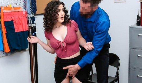 Начальник принимает на работу новую продавщицу Лиру Локхарт и щупает е...