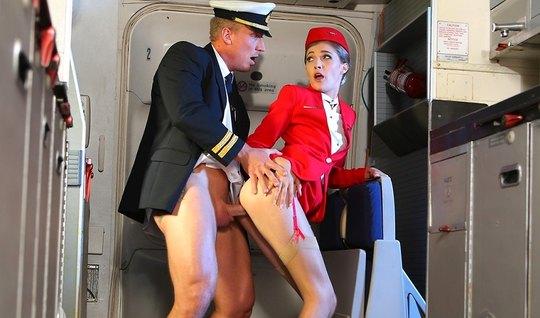 Красивая стюардесса в самолете занялась сексом с озабоченным пилотом