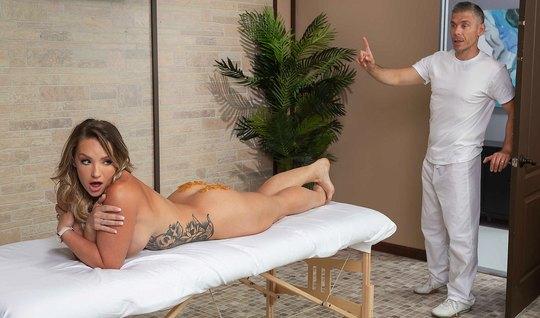 Милашка пришла на массаж и получила от мужчины анальный секс раком...