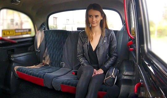 Молодуха прямо в машине получает оргазм от секса с водителем авто...