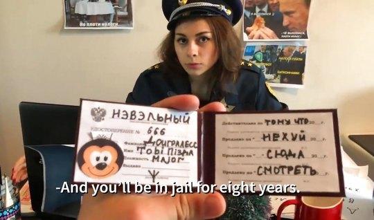 Русская полицейская в кабинете сосет член и трахается на камеру...
