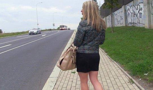 После пикапа с блондинкой парень отвел ее в машину и там трахнул