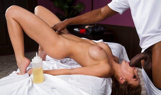 После массажа негр присунул свой огромный член в рот и в вагину сисяст...