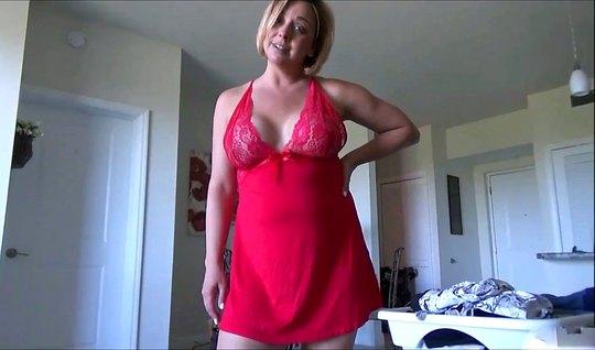 Зрелая мамочка в спальне сына участвует в съемке домашнего секса от пе...