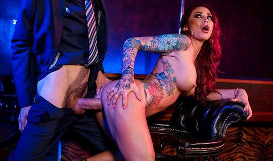 Татуированная рыжая бестия с большими дойками наслаждается сексом...