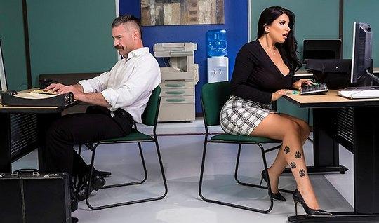 Татуированная брюнетка с большими дойками устроила потрахушки в офисе...