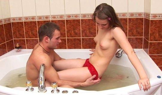 Русская девушка в ванной делает парню минет и раздвигает ноги для ваги...